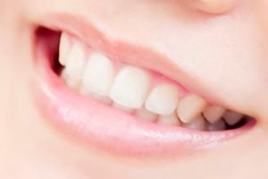 きれいな歯でほほ笑んだ口元